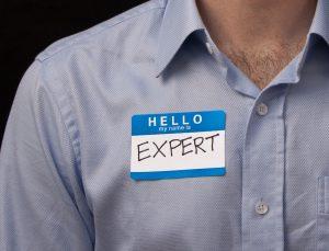 איש עם תג Expert על החולצה